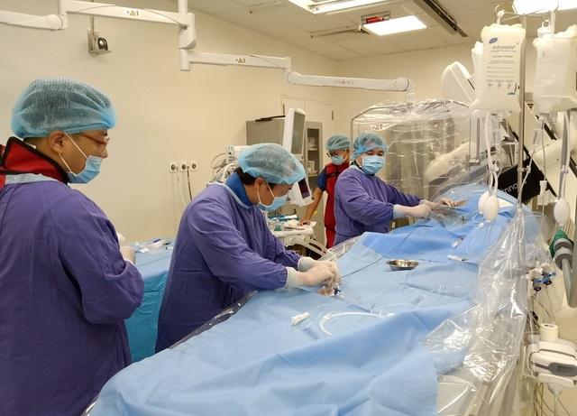 Loại bỏ hoàn toàn túi phình động mạch não lớn bằng phương pháp stent chuyển dòng không mổ - 3