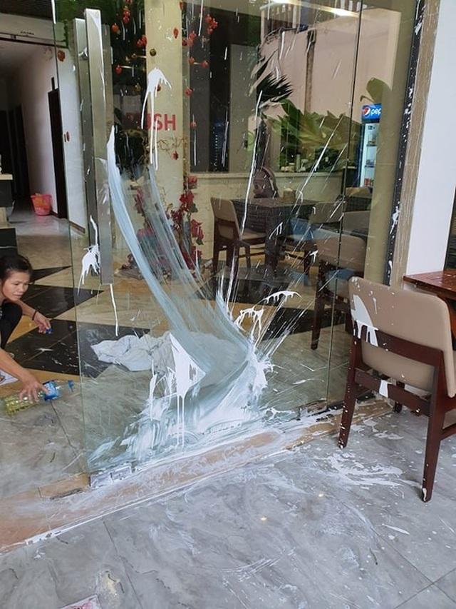 Một nhà hàng ở Hội An bị kẻ xấu ném sơn giữa ban ngày - 2