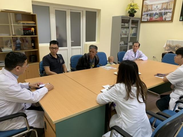 Ông nội bán lúa non đưa cháu đi chữa ung thư: Chuyên gia Pháp sang Việt Nam hội chẩn  - 3