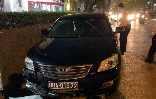 Hà Nội: Xe biển xanh gây tai nạn rồi bỏ chạy, tài xế cố thủ trên xe - 1