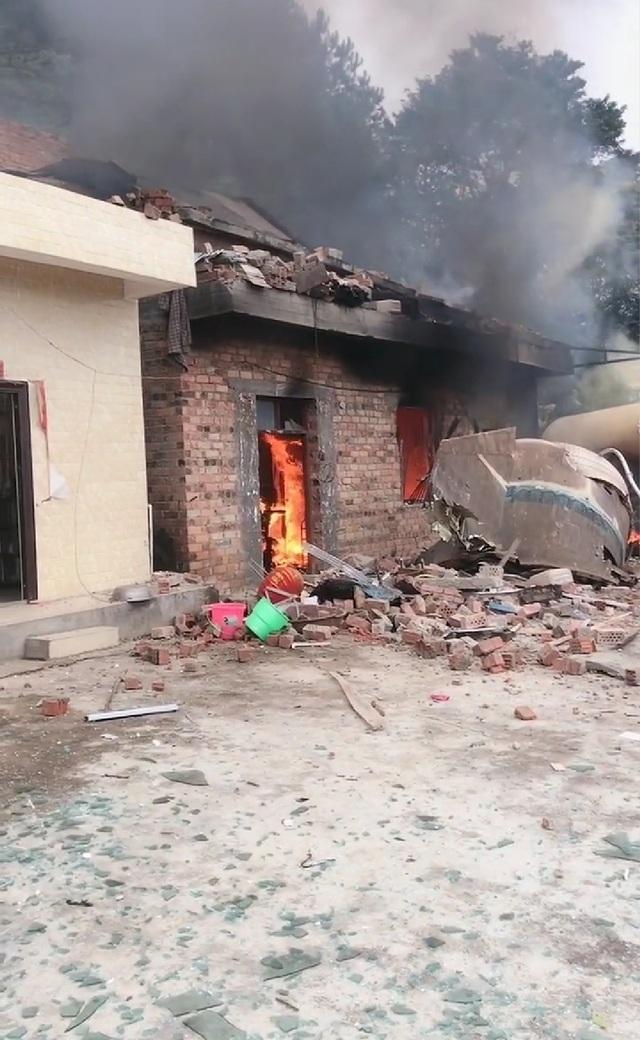 """Video """"mưa"""" mảnh vỡ tên lửa Trung Quốc rơi nát nhà dân - 2"""