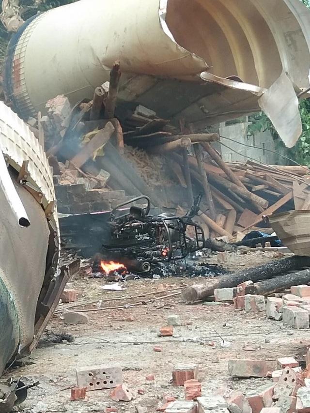 """Video """"mưa"""" mảnh vỡ tên lửa Trung Quốc rơi nát nhà dân - 4"""