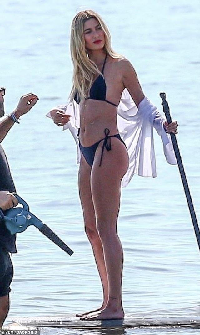 Vợ Justin Bieber diện áo tắm nuột nà trên biển - 7