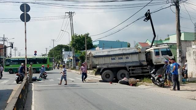 Xe ben tông 2 xe máy, lao vào nhà dân ở Sài Gòn - 1