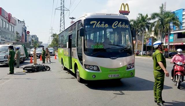 Xe ben tông 2 xe máy, lao vào nhà dân ở Sài Gòn - 4