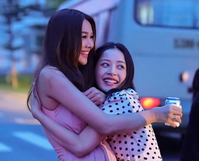 Hé lộ đoạn clip cảnh hôn nóng bỏng của Thanh Hằng và Chi Pu - 4