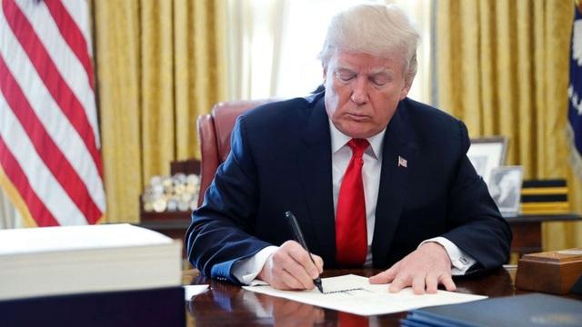 Ông Trump ký dự luật về Hong Kong bất chấp Trung Quốc phản đối - 1