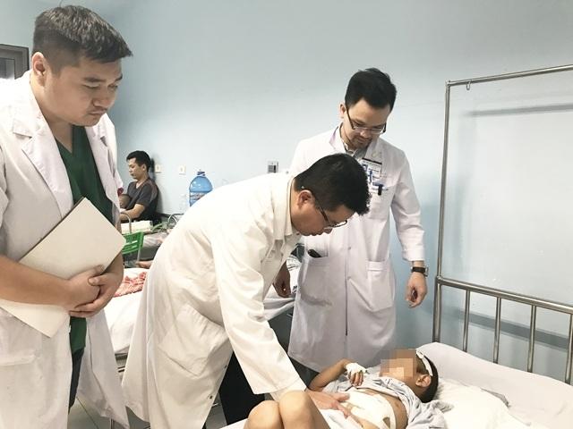 Bé trai 6 tuổi vỡ gan vì ngã cây - 1