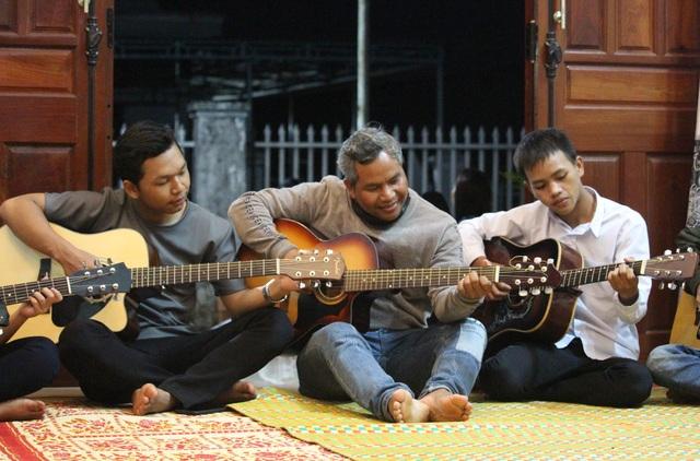 Chuyện người cha Jrai nhận 4 đứa con nuôi, mở lớp dạy nhạc miễn phí - 3