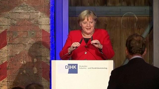 Thủ tướng Đức Merkel vấp ngã khi lên sân khấu phát biểu - 2