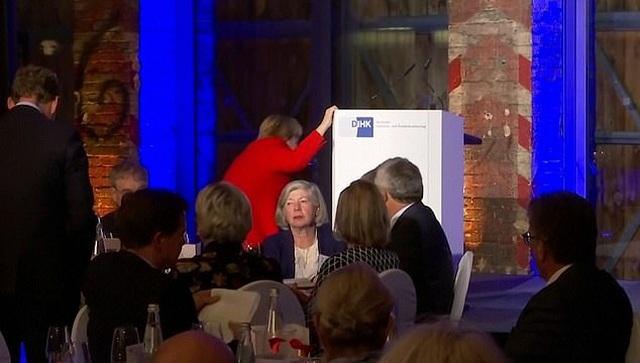 Thủ tướng Đức Merkel vấp ngã khi lên sân khấu phát biểu - 1