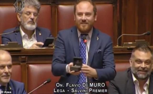 Nghị sĩ Italy bất ngờ cầu hôn bạn gái giữa phiên họp quốc hội - 1