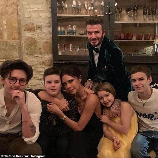 Vợ chồng Beckham tận hưởng thời gian bên gia đình bất chấp làm ăn thua lỗ - 1