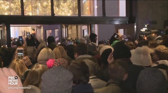 Xem người Mỹ chen nhau xếp hàng săn đồ giảm giá ngày Black Friday - 11