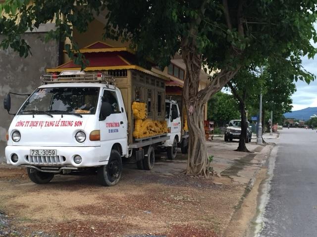 Quảng Bình: Dân ngao ngán vì trại hòm nằm... chềnh ềnh giữa phố! - 2