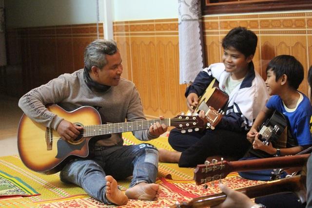 Chuyện người cha Jrai nhận 4 đứa con nuôi, mở lớp dạy nhạc miễn phí - 1
