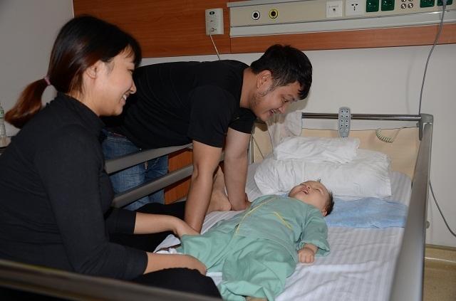 Bố mẹ nghẹn ngào khi con được ghép tế bào gốc nhờ sự giúp đỡ của bạn đọc Dân trí - 3
