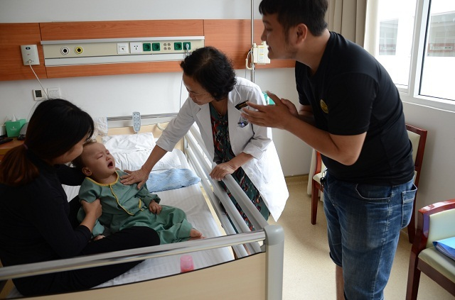 Bố mẹ nghẹn ngào khi con được ghép tế bào gốc nhờ sự giúp đỡ của bạn đọc Dân trí - 5