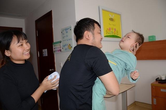 Bố mẹ nghẹn ngào khi con được ghép tế bào gốc nhờ sự giúp đỡ của bạn đọc Dân trí - 4
