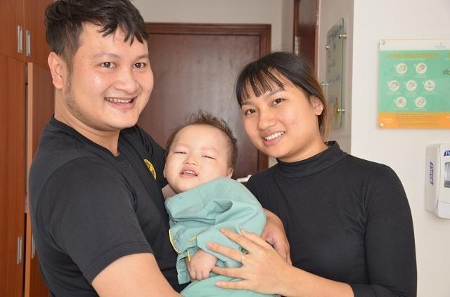 Bố mẹ nghẹn ngào khi con được ghép tế bào gốc nhờ sự giúp đỡ của bạn đọc Dân trí - 7