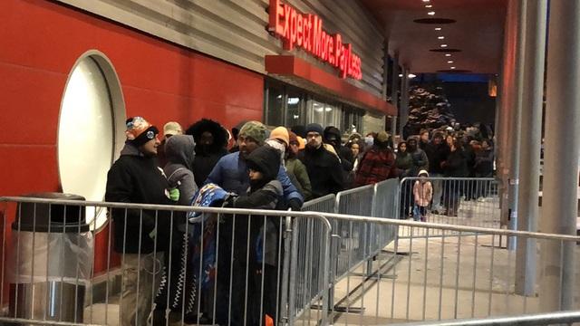 Xem người Mỹ chen nhau xếp hàng săn đồ giảm giá ngày Black Friday - 6