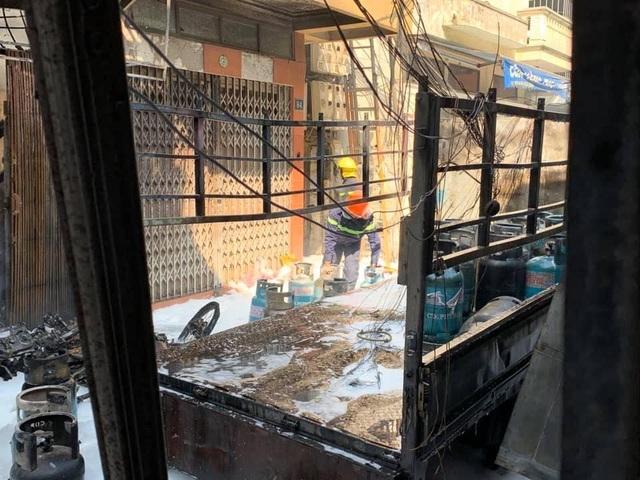 Xe chở nhiều bình gas bốc cháy kèm tiếng nổ lớn trên phố Hà Nội - 1