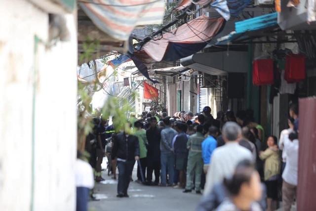 Xe chở nhiều bình gas bốc cháy kèm tiếng nổ lớn trên phố Hà Nội - 3