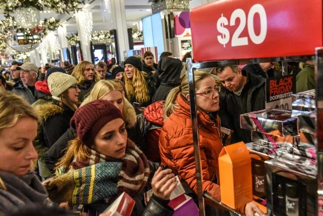 Xem người Mỹ chen nhau xếp hàng săn đồ giảm giá ngày Black Friday - 1