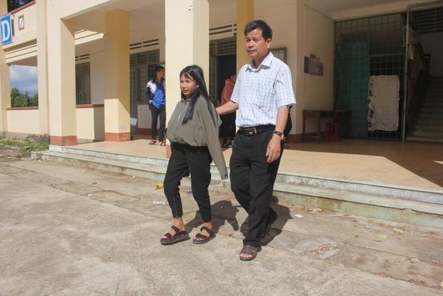 Nữ sinh người dân tộc Banar vẽ tương lai bằng đôi chân trần được bạn đọc giúp đỡ 28 triệu đồng - 1