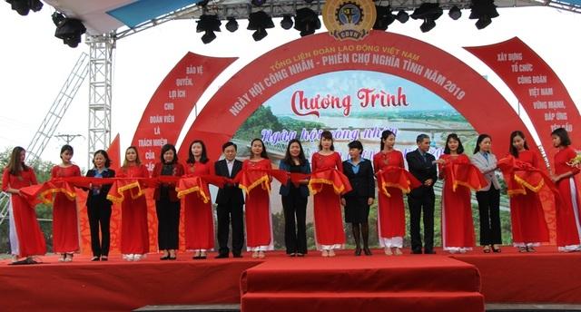 Khoảng 7.000 công nhân dự Ngày hội công nhân - Phiên chợ nghĩa tình  - 2