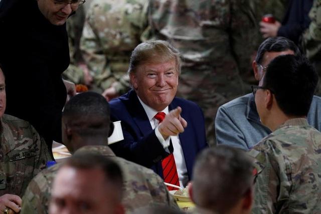 Ông Trump bí mật thăm vùng chiến sự, phục vụ đồ ăn cho quân nhân Mỹ - 1