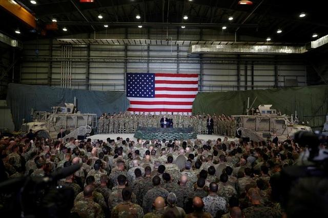 Ông Trump bí mật thăm vùng chiến sự, phục vụ đồ ăn cho quân nhân Mỹ - 10