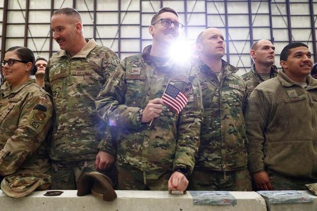 Ông Trump bí mật thăm vùng chiến sự, phục vụ đồ ăn cho quân nhân Mỹ - 11