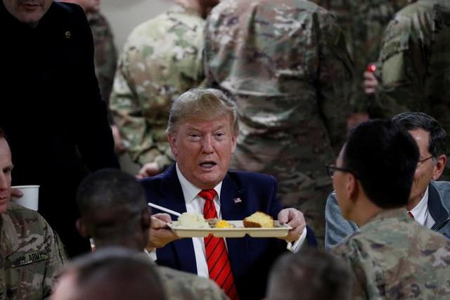 Ông Trump bí mật thăm vùng chiến sự, phục vụ đồ ăn cho quân nhân Mỹ - 9