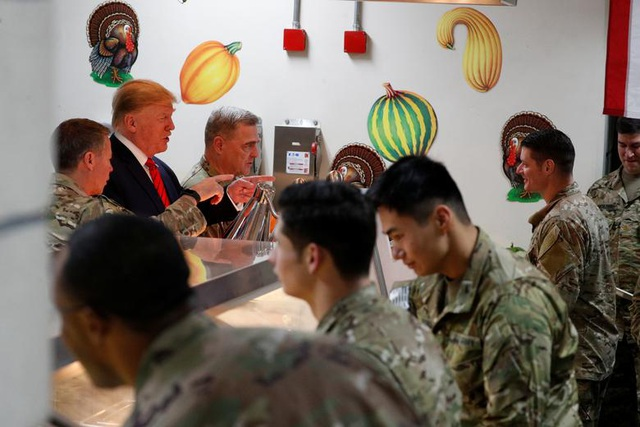 Ông Trump bí mật thăm vùng chiến sự, phục vụ đồ ăn cho quân nhân Mỹ - 4