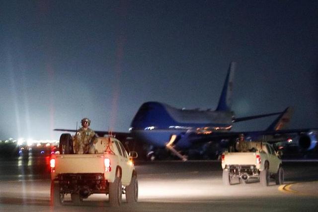 Ông Trump bí mật thăm vùng chiến sự, phục vụ đồ ăn cho quân nhân Mỹ - 5