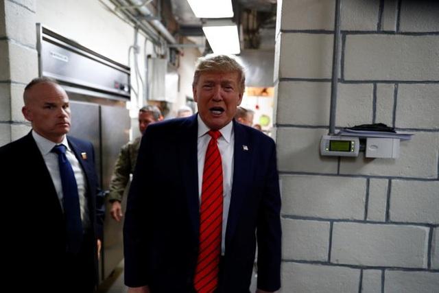 Ông Trump bí mật thăm vùng chiến sự, phục vụ đồ ăn cho quân nhân Mỹ - 6