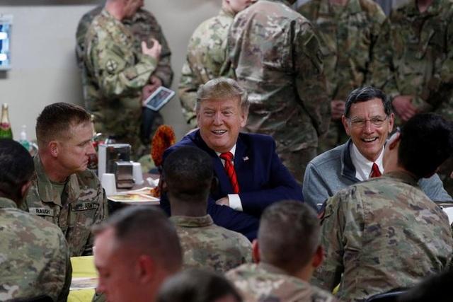 Ông Trump bí mật thăm vùng chiến sự, phục vụ đồ ăn cho quân nhân Mỹ - 7