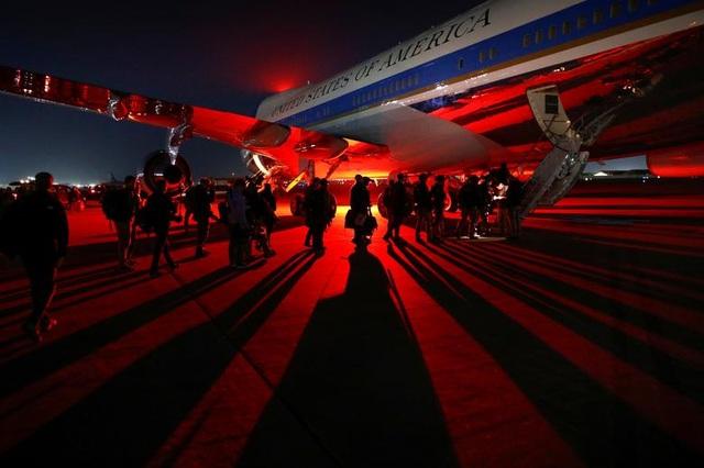 Ông Trump bí mật thăm vùng chiến sự, phục vụ đồ ăn cho quân nhân Mỹ - 8