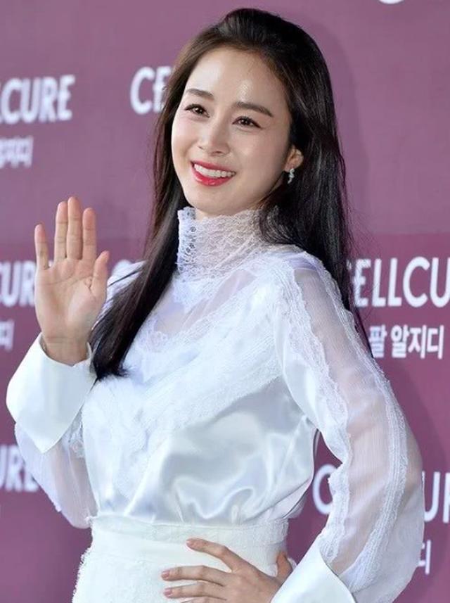 """Lộ nếp nhăn đuôi mắt, Kim Tae Hee vẫn được khen xinh đẹp """"không góc chết"""" - 1"""