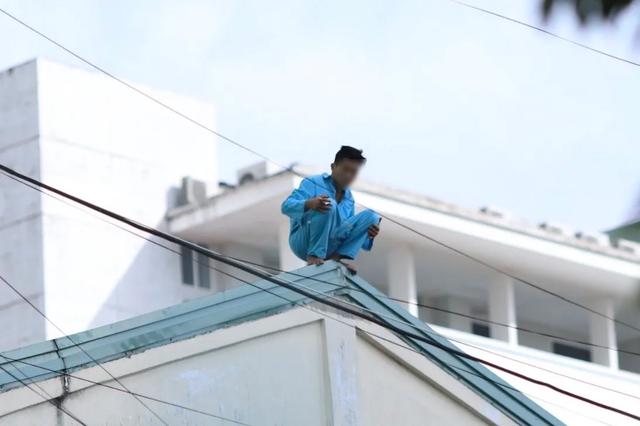 Thanh niên định nhảy từ tầng 23 khách sạn lại gây náo loạn Bệnh viện Đà Nẵng - 1