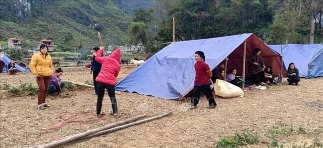 Dân dựng lán ngủ ngoài đồng sau nhiều trận động đất liên tiếp - 1