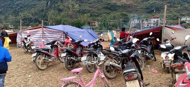 Dân dựng lán ngủ ngoài đồng sau nhiều trận động đất liên tiếp - 2
