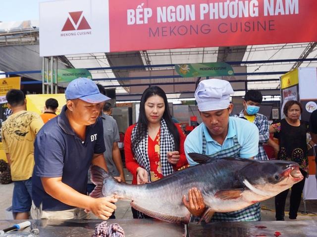 Cá tra sông 30kg được chế biến 30 món ở Hội chợ du lịch quốc tế Cần Thơ - 1