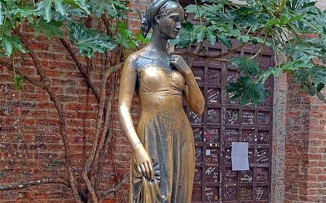 Bầu ngực phải của bức tượng bị sờ chạm nhiều đến nhẵn bóng - 3