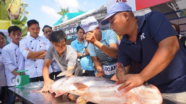 Cá tra sông 30kg được chế biến 30 món ở Hội chợ du lịch quốc tế Cần Thơ - 2