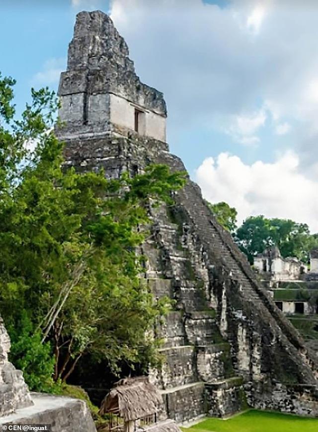 Du khách ý thức kém khắc chữ lên ngôi đền thiêng hàng nghìn năm tuổi - 2