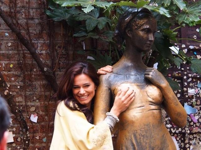 Bầu ngực phải của bức tượng bị sờ chạm nhiều đến nhẵn bóng - 5