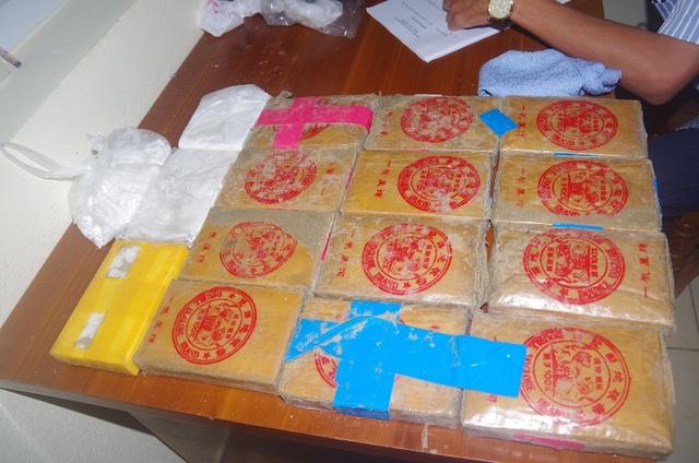 Người dân phát hiện hàng chục bánh heroin trôi dạt vào bãi biển - 3
