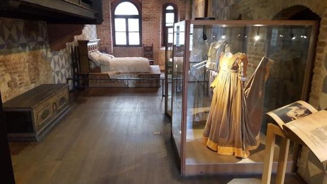 Bầu ngực phải của bức tượng bị sờ chạm nhiều đến nhẵn bóng - 2
